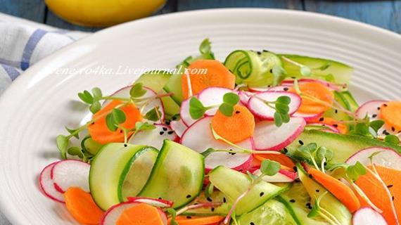 Овощной салат с редисом, огурцом и морковью