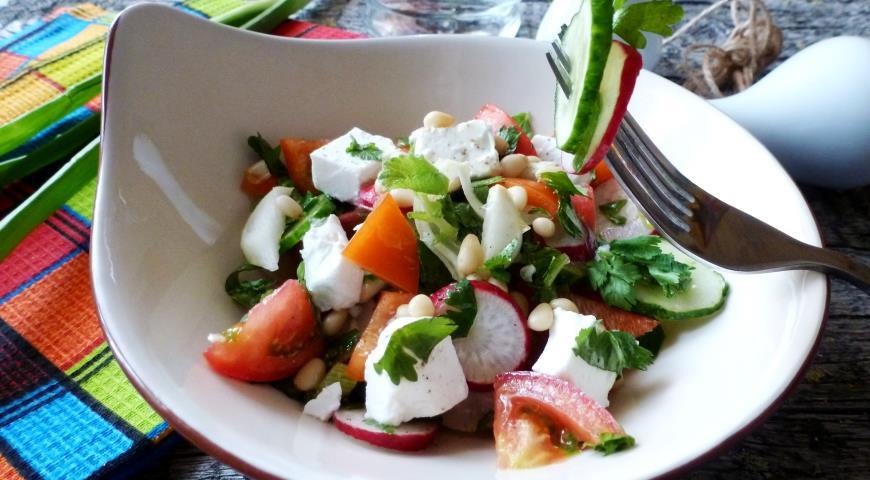 Салат из овощей с брынзой и кедровыми орешками 2