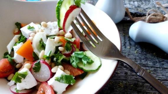 Салат из овощей с брынзой и кедровыми орешками