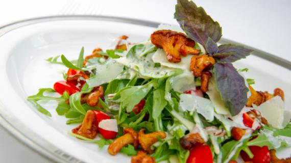 Салат с жареными лисичками, заправленный соусом с горгонзолой