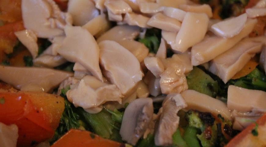 Теплый овощной салат с диким рисом и шампиньонами. Шаг 4