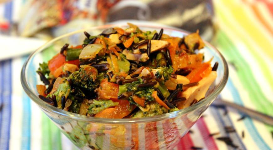 Теплый овощной салат с диким рисом и шампиньонами