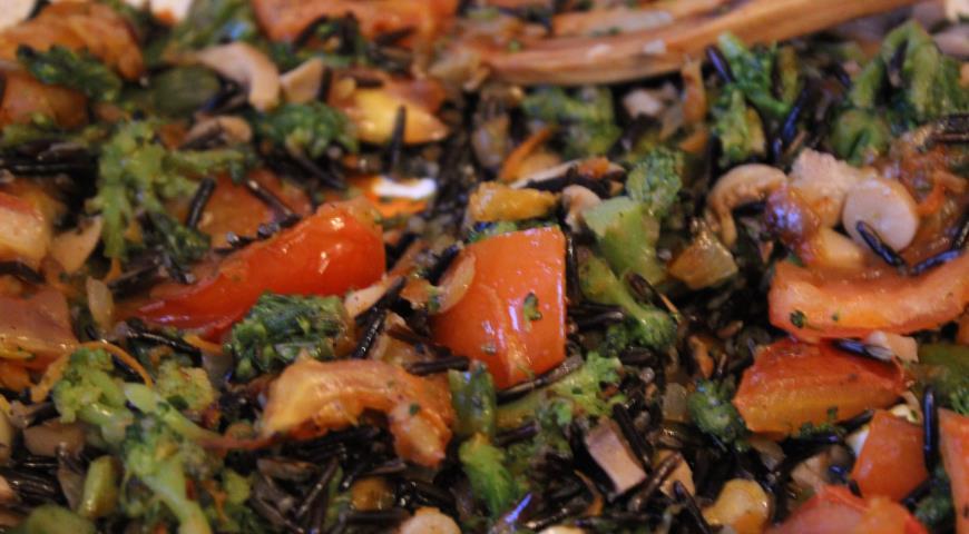Теплый овощной салат с диким рисом и шампиньонами. Шаг 6