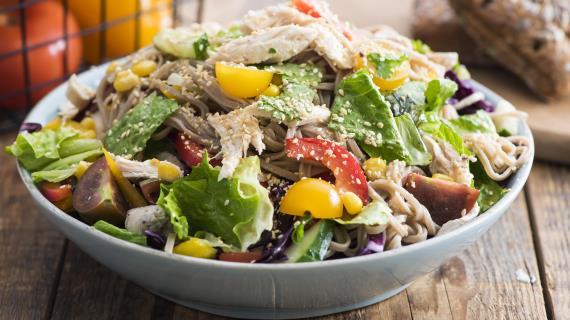 Летний салат изовощей, собы икурицы