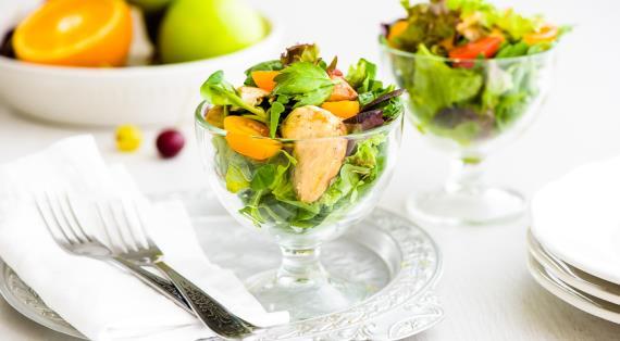 Салат из курицы, зелени и помидоров черри