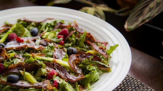 Салат с вяленой уткой и малиной