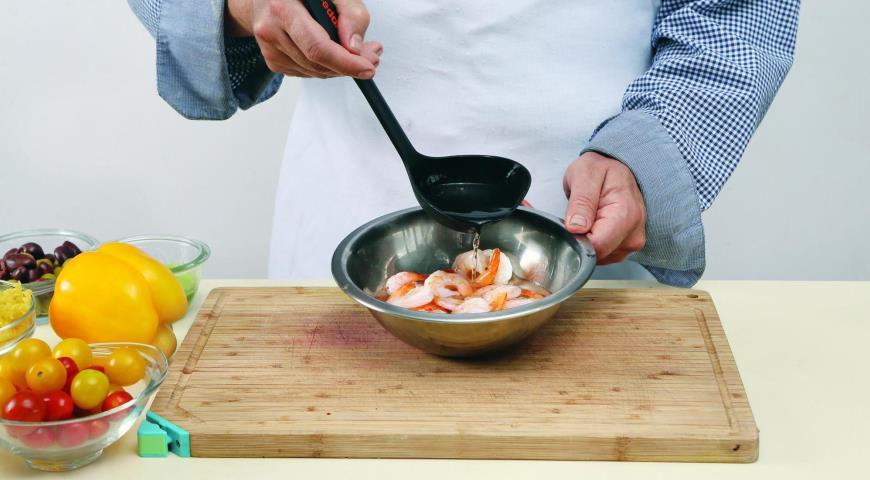 Салат из фузилли с креветками. Шаг 2
