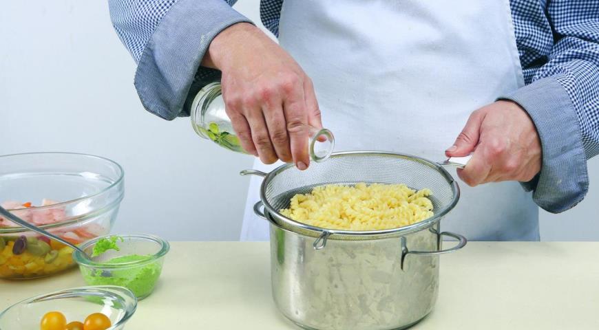 Салат из фузилли с креветками. Шаг 1