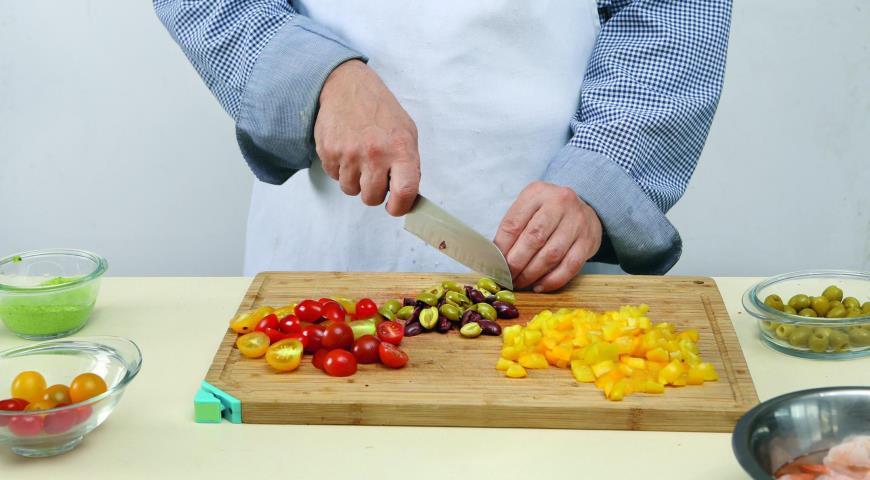 Салат из фузилли с креветками. Шаг 4