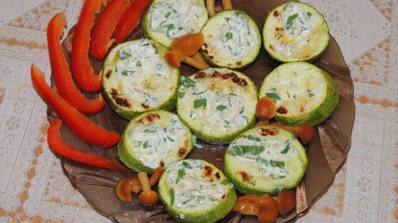 Кабачки запеченные в духовке со сметанно-чесночным соусом