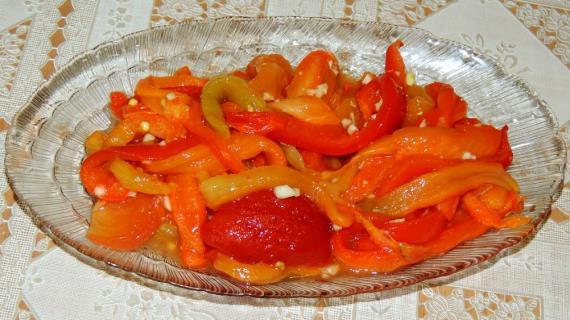 Перец и помидоры запеченные с чесноком