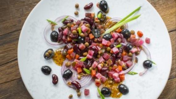 Винегрет с красной фасолью, маслинами и медово-горчичной заправкой