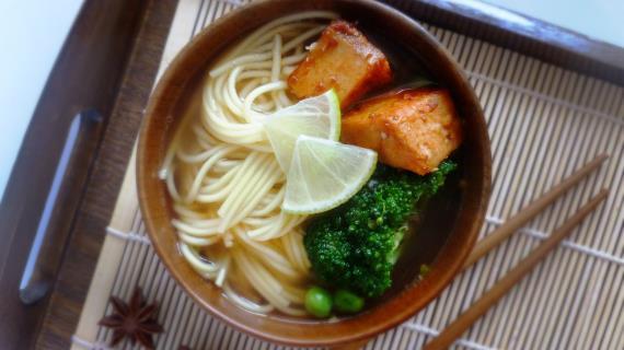 Суп с лапшой и овощами в азиатском стиле
