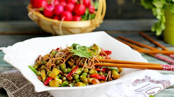 Гречневая лапша с овощами