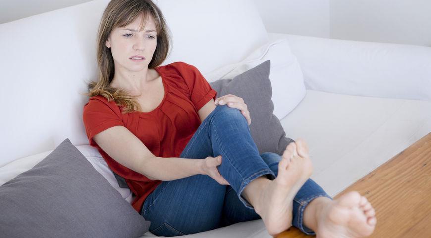 женщина держится за ногу