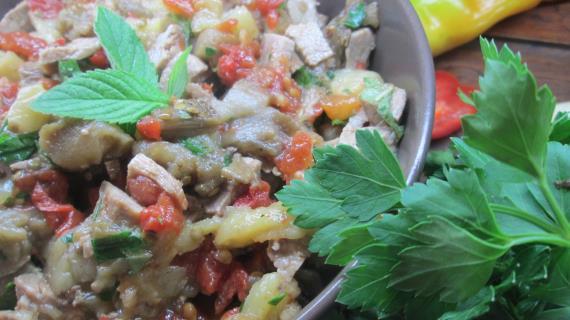 Салат из запеченных овощей с утиными грудками