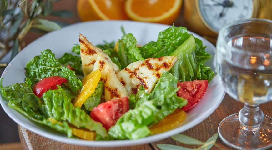 Марули Мэ Халуми (зеленый салат латук с сыром Халуми, апельсином и томатами)
