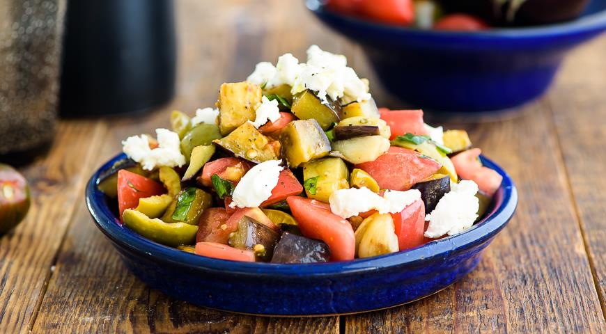 Салат из баклажанов с помидорами, брынзой и оливками