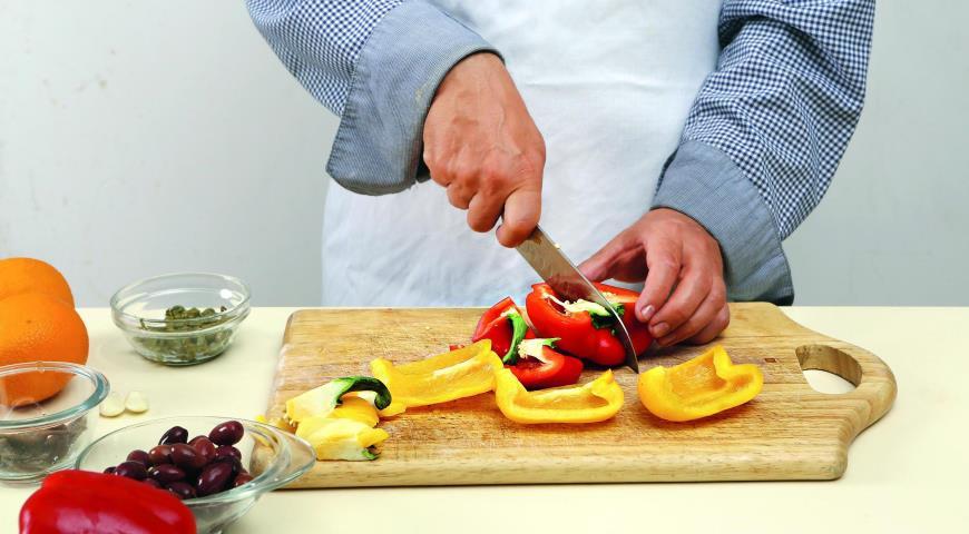 Салат из печеных перцев с анчоусами. Шаг 1