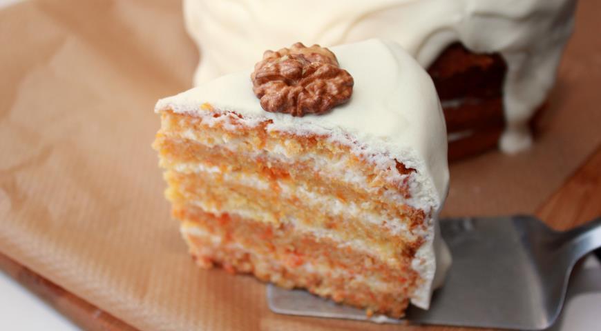 Морковный торт готов к подаче