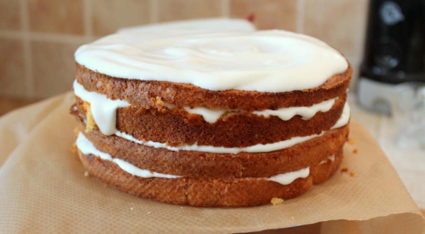 Смешать ингредиенты для крема, разрезать бисквит и пропитать коржи