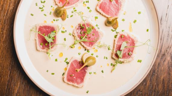"""""""Тоннато тоннато"""" – татаки из свежевыловленного тунца под соусом тонато"""