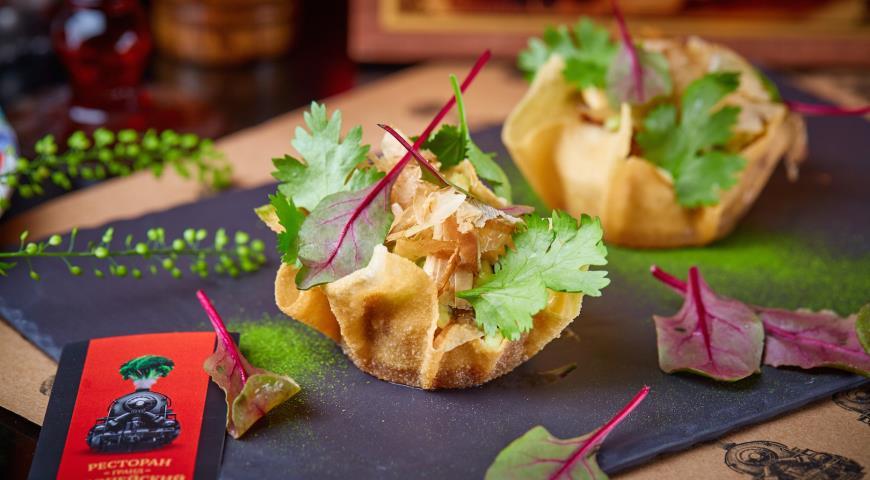 Салат из угря с луковым маринадом и огурцом