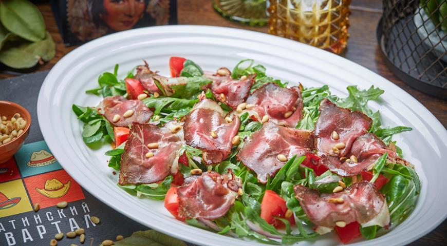 Листья салата с вяленой говядиной и томатами