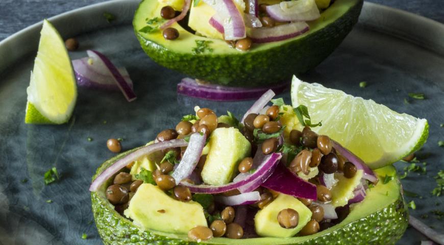 Салат из чечевицы с авокадо, лаймом и кинзой