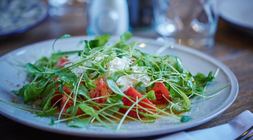 Салат со страчателлой, рукколой и помидорами