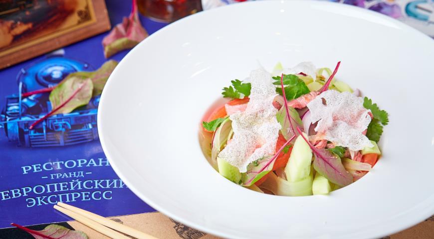 Салат в азиатском стиле с говядиной и помидорами