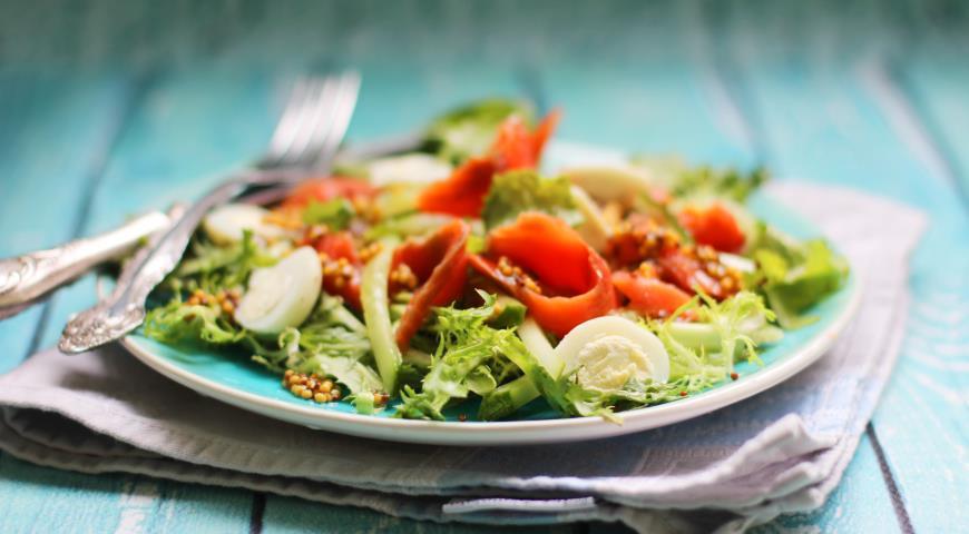 Салат из копченой нерки с огурцами и яйцом