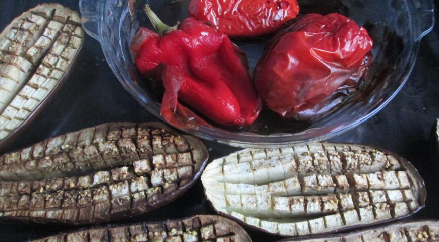 Острая закуска из красной фасоли с баклажанами и перцем.. Шаг 2