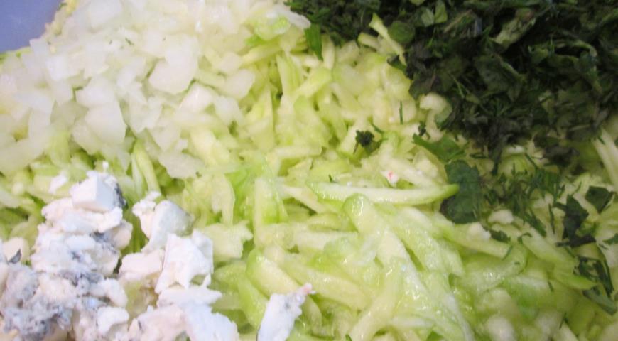 Натираем кабачок, добавляем лук, зелень и сыр