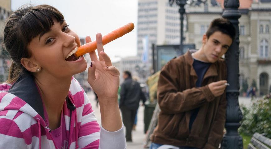 женщина грызет морковь