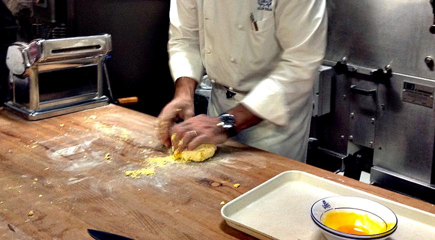 Вымешиваем тесто для домашних равиоли