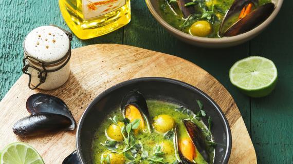 Зеленый суп из шпината, с мидиями в вермуте и оливками.
