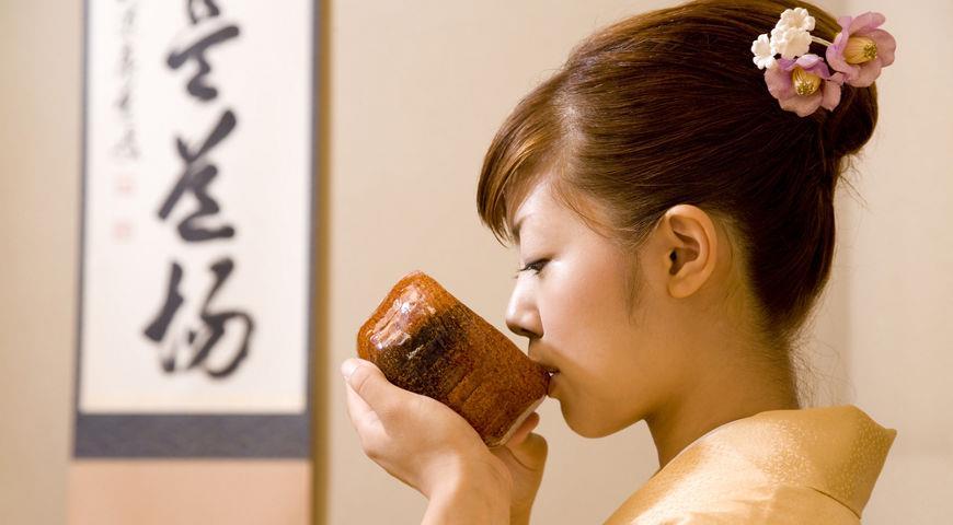 японка пьет чай