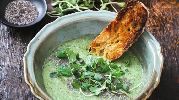 Вегетарианский суп из брокколи с семенами чиа и миндалем