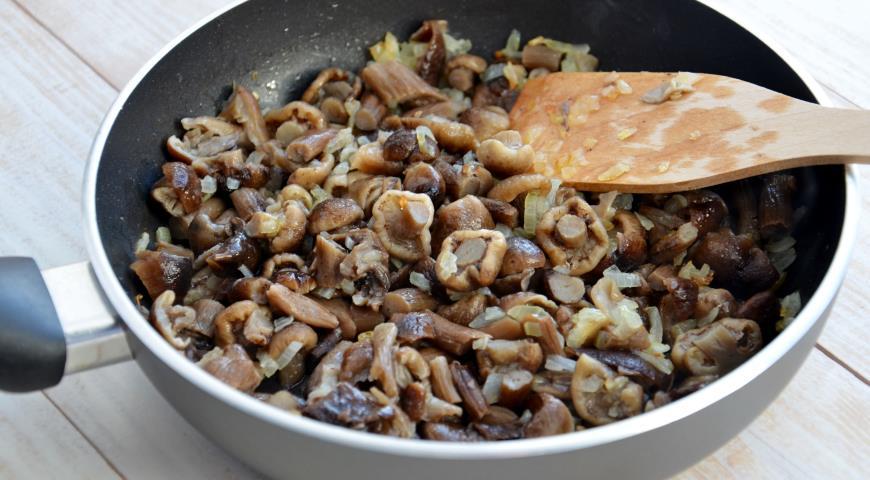 Лук и грибы обжариваем на сковороде, смешиваем с фасолевым паштетом