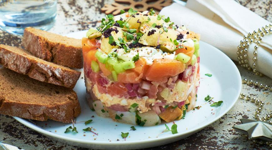 Слоеный новогодний салат из рыбы