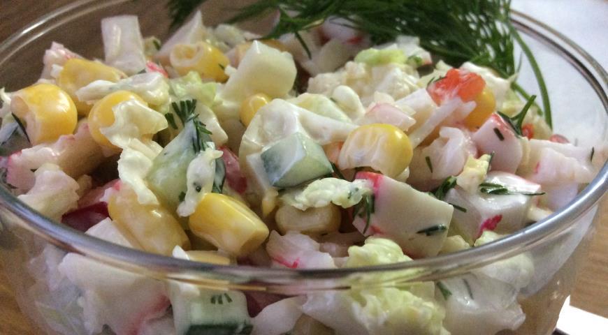 салат нежный крабовый.