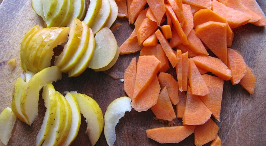 Нарезать морковь и айву для приготовления шурпы