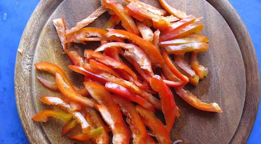 Нарезать болгарский перец соломкой