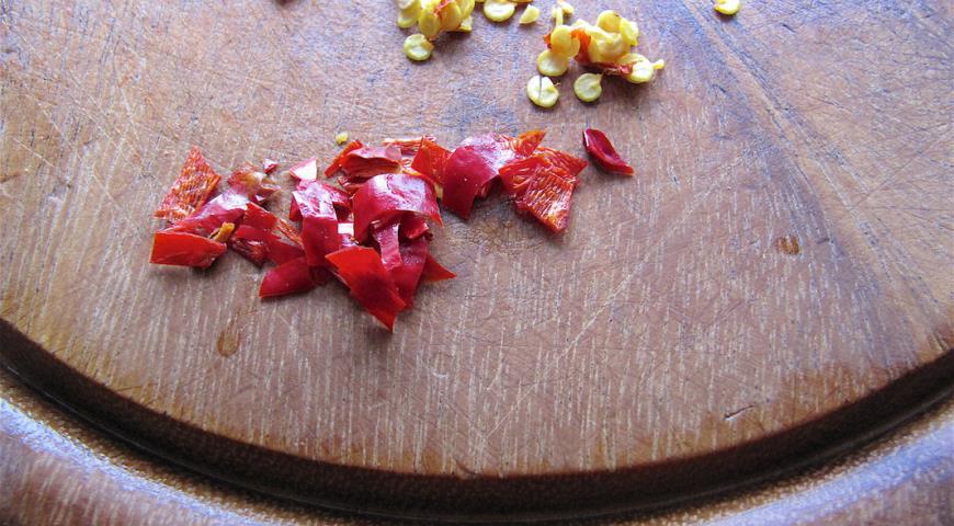 Очистить острый перец от семян, затем мелко нарезать