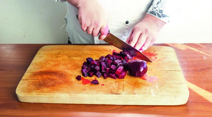 Фото приготовления рецепта: Салат из свеклы, мандаринов иавокадо смаковой заправкой , шаг №3