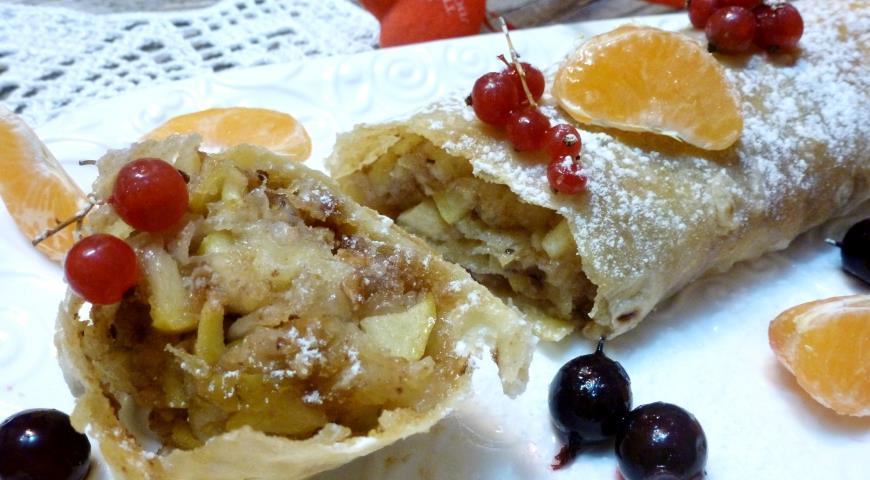 Штрудель с яблоками и корицей рецепт из слоеного теста рецепт
