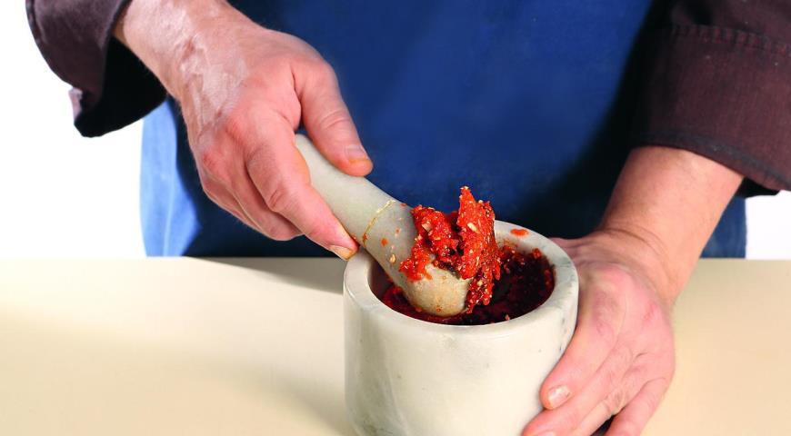 Курка, запечена з домашньою аджикою і коренеплодами