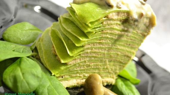 Торт из шпинатных блинчиков с мясом и грибным соусом