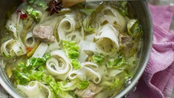 Сытный суп с бараниной, зеленой фасолью и рисовой лапшой
